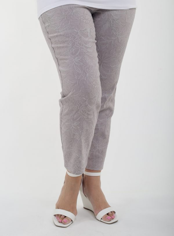 Woman is wearing Robell Bella crops in a cotton jacquard fabric in capuccino colour